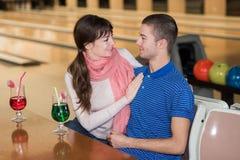 Jeunes couples au centre de bowling Images libres de droits