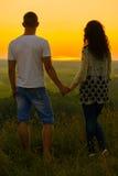 Jeunes couples au coucher du soleil sur le fond de ciel, concept d'amour, personnes romantiques Images libres de droits