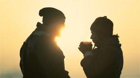 Jeunes couples au lever de soleil banque de vidéos