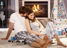 Jeunes couples au matin de Noël Images stock