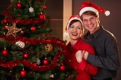 Jeunes couples au réveillon de Noël Images stock