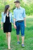 Jeunes couples au stationnement Photo libre de droits