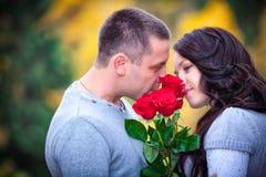 Jeunes couples au stationnement Photos stock