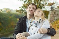 Jeunes couples au stationnement Photographie stock