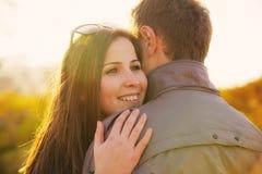 Jeunes couples au stationnement en automne Images stock