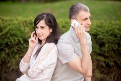 Jeunes couples au téléphone Photos stock