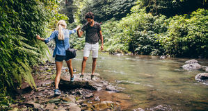 Jeunes couples augmentant dans la forêt Images libres de droits