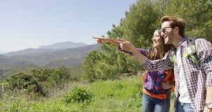 Jeunes couples augmentant en montagnes Photos stock