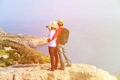 Jeunes couples augmentant en montagnes faisant la photo Images libres de droits