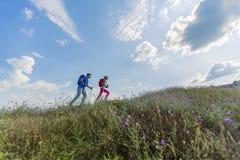 Jeunes couples augmentant sur la montagne Image libre de droits