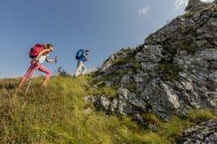 Jeunes couples augmentant sur la montagne Images libres de droits