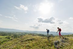 Jeunes couples augmentant sur la montagne Photographie stock libre de droits