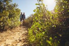Jeunes couples augmentant un jour d'été Image stock