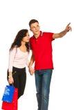 Jeunes couples aux achats Photo stock