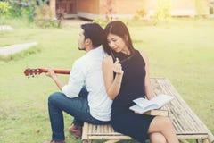 Jeunes couples avec du charme dans l'amour jouant la guitare acoustique dans le pair Photo libre de droits