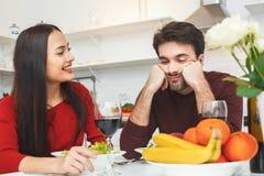 Jeunes couples ayant égaliser romantique à la maison dans l'ami de cuisine concerné Photo stock