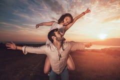 Jeunes couples ayant avoir l'amusement en nature Photographie stock libre de droits