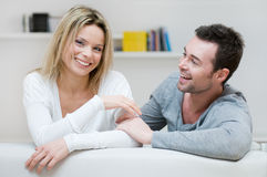Jeunes couples ayant l'amusement à la maison Photos stock