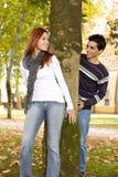 Jeunes couples ayant l'amusement au stationnement Photographie stock