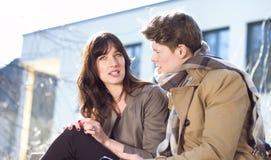 Jeunes couples ayant l'amusement avec le téléphone portable Photos stock