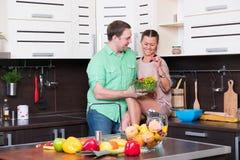 Jeunes couples ayant l'amusement dans la cuisine Photo libre de droits