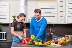 Jeunes couples ayant l'amusement dans la cuisine Images stock
