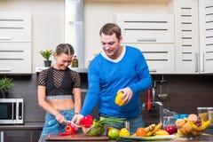 Jeunes couples ayant l'amusement dans la cuisine Image stock