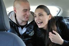 Jeunes couples ayant l'amusement dans le véhicule Photographie stock libre de droits