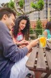 Jeunes couples ayant l'amusement dans un jour d'été Image stock