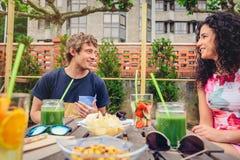Jeunes couples ayant l'amusement dans un jour d'été Photographie stock libre de droits