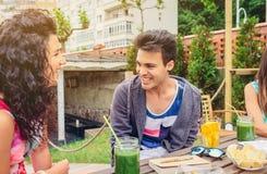Jeunes couples ayant l'amusement dans un jour d'été Images libres de droits