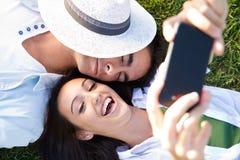 Jeunes couples ayant l'amusement dans un parc Photo libre de droits