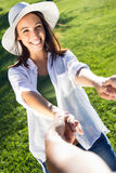 Jeunes couples ayant l'amusement dans un parc Photographie stock libre de droits