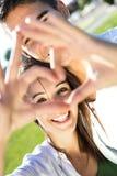 Jeunes couples ayant l'amusement dans un parc Image libre de droits