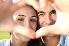 Jeunes couples ayant l'amusement dans un parc Photos libres de droits