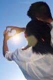 Jeunes couples ayant l'amusement dans un parc Images stock