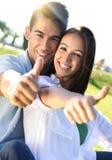Jeunes couples ayant l'amusement dans un parc Photo stock