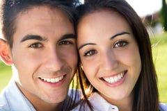 Jeunes couples ayant l'amusement dans un parc Photos stock