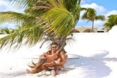 Jeunes couples ayant l'amusement dans une plage des Caraïbes Image stock