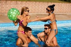 Jeunes couples ayant l'amusement des vacances d'été Photo stock