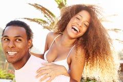 Jeunes couples ayant l'amusement des vacances de plage ensemble Images libres de droits