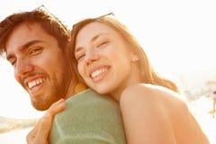 Jeunes couples ayant l'amusement des vacances de plage ensemble Photos stock