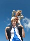 Jeunes couples ayant l'amusement en jour ensoleillé Photos stock