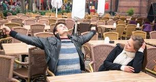 Jeunes couples ayant l'amusement ensemble Photographie stock libre de droits