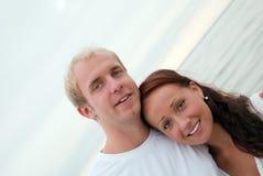 Jeunes couples ayant l'amusement par la plage Photos stock