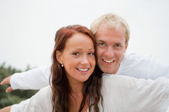 Jeunes couples ayant l'amusement sur la plage Photo libre de droits