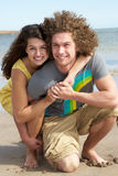 Jeunes couples ayant l'amusement sur la plage Images libres de droits