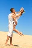 Jeunes couples ayant l'amusement sur la plage Images stock