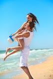 Jeunes couples ayant l'amusement sur la plage Photographie stock libre de droits