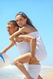 Jeunes couples ayant l'amusement sur la plage Image libre de droits